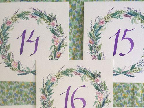 Meseros de corona de flores con número morados